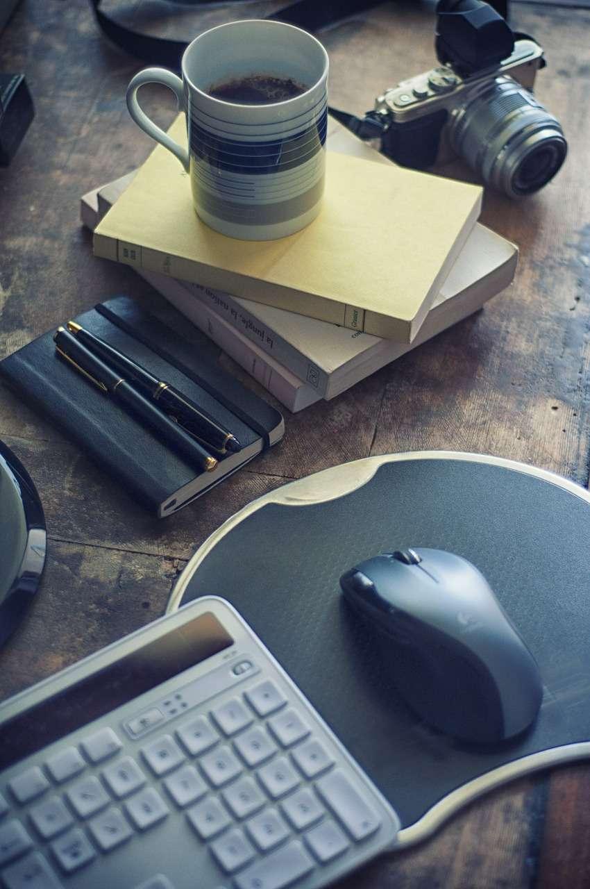 mysz komputerowa z długopisami i kawą